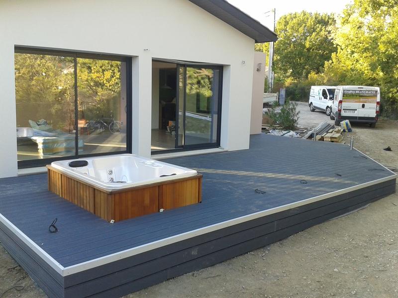 terrasse en composite sur pilotis. Black Bedroom Furniture Sets. Home Design Ideas